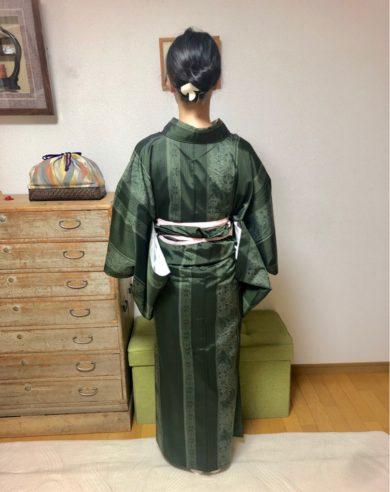 長身で細身のスタイルが際立つ裾合わせ