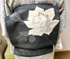 紗の薔薇柄の帯で一重太鼓
